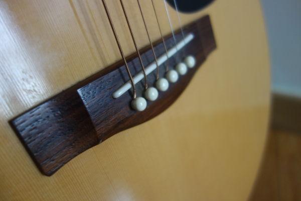 Chevalet d'une guitare folk
